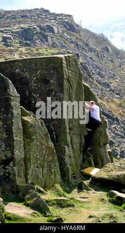 Curbar Edge, Peak District, Derbyshire, UK. 3rd April, 2017. UK Weather, rock climber bouldering at Curbar Edge - Stock Photo