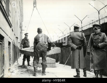 Soldiers along the Berlin Wall, Germany - Stockfoto