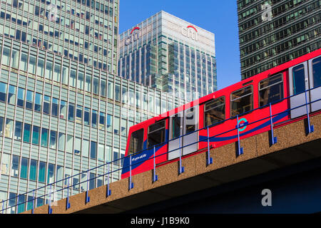 DLR Docklands Light Railway train in Canary Wharf, Docklands, London, England - Stockfoto