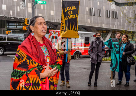 New York, USA. 25th Apr, 2017. Hundreds turned out in the rain for a prayerful rally on April 25, 2017; at the historic - Stock Photo