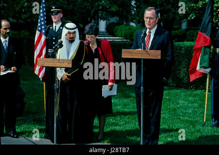 The Amir of Kuwait Sheik Jabir Al-Sabah stands next to President George H.W. Bush as they take questions from reporters - Stock Photo