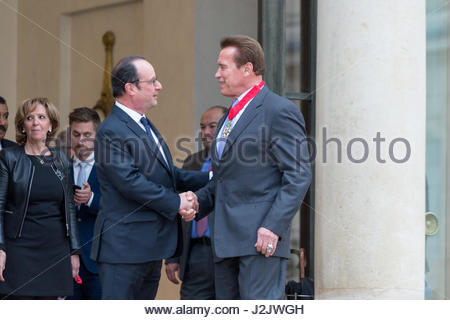 Paris, France. 28th Apr, 2017. French President Francois Hollande (L) shakes hands with US actor and former governor - Stock Photo
