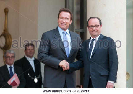 Paris, France. 28th Apr, 2017. French President Francois Hollande (R) shakes hands with US actor and former governor - Stock Photo