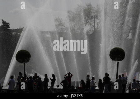 Moscow, Russia. 1st May, 2017. People by a fountain in Moscow's Gorky Park. Credit: Artyom Geodakyan/TASS/Alamy - Stock Photo