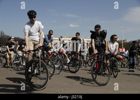 Moscow, Russia. 1st May, 2017. Cyclists in Moscow's Gorky Park. Credit: Artyom Geodakyan/TASS/Alamy Live News - Stock Photo