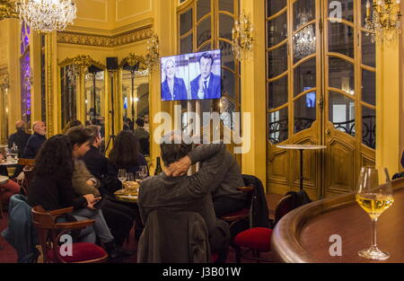 Paris, France. 3rd May, 2017. People watch a broadcast of the TV debate between French presidential candidates Emmanuel - Stock Photo
