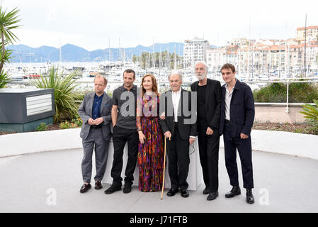 Cannes, France. 22nd May, 2017. Actress Isabelle Huppert (3rd L) and cast members of the film 'Happy End' pose for - Stock Photo