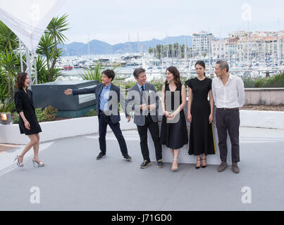 Cannes, France. 22nd May, 2017. Director Hong SangSoo (1st R) and cast members attend a photocall of the film 'The - Stock Photo