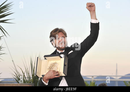 Cannes, Frankreich. 28th May, 2017. Director Ruben Ostlund with the Palme d'Or for the movie 'The Square' at the - Stock Photo