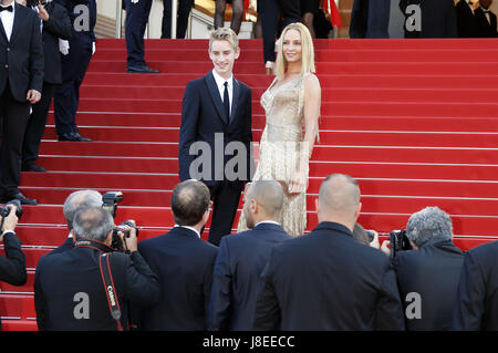Cannes, Frankreich. 28th May, 2017. Levon Roan Thurman-Hawke and Uma Thurman attending the closing-night of the - Stock Photo