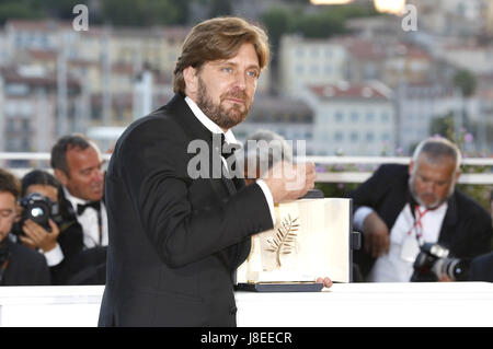 Cannes, Frankreich. 28th May, 2017. Director Ruben Oustland with the Palme d'Or for the movie 'The Square' at the - Stock Photo