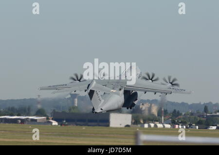 Le Bourget, France. 19th June, 2017. An Airbus A400M Atlas military transport aircraft performs a demonstration - Stock Photo