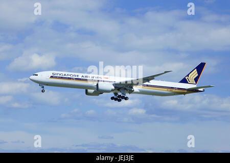 BEIJING-SEPTEMBER 3, 2012. Boeing 777-312ER, 9V-SWG, Singapore Airlines landing in Beijing. The Boeing 777-312ER - Stock Photo