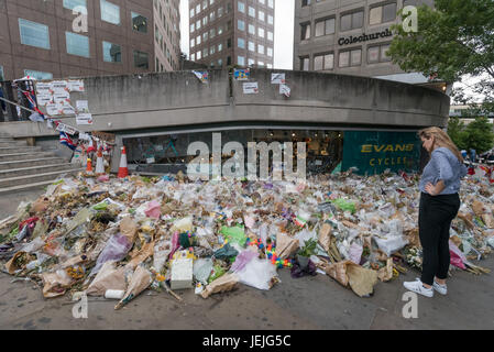 London, UK. 24th June, 2017. London, UK. 24th September 2017. Tributes and a huge pile of flowers remembering those - Stock Photo
