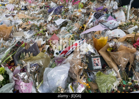 London, UK. 24th June, 2017. London, UK. 24th September 2017. A photograph and tributes in the huge pile of flowers - Stock Photo