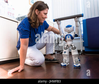 Kiel, Germany. 14th July, 2017. Physiotherapist Stefanie Fimm watches the robot Zora in a therapy room at the Karl - Stock Photo