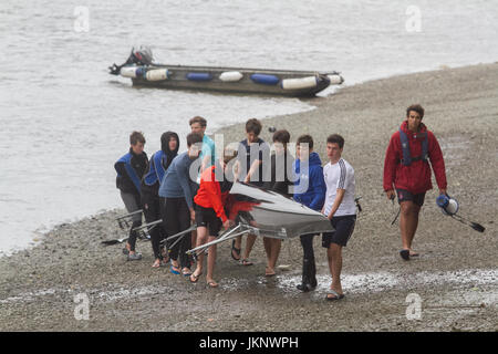 London UK. 24th July 2017. Rowers with sculling boats experience overcast cloudy conditions on River Thames in  - Stock Photo