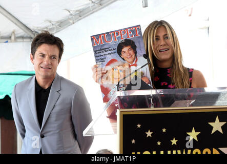 Los Angeles, USA. 26th July, 2017. Actress Jennifer Aniston (R) shows a picture of actor Jason Bateman during a - Stock Photo