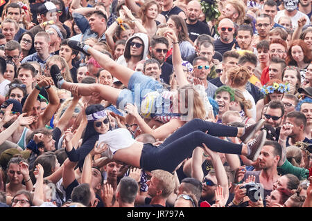 Kostrzyn, Poland. 3rd August, 2017. People having fun at a concert on the 23rd Woodstock Festival Poland, one the - Stock Photo