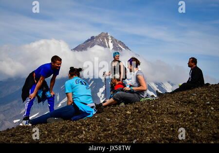 Kamchatka Territory, Russia. 12th Aug, 2017. Tourists climbing up a mountain in Kamchatka. Credit: Yuri Smityuk/TASS/Alamy - Stock Photo