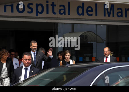 Barcelona, Spain. 19th Aug, 2017. Spain's King Felipe VI (3-L) and his wife Queen Letizia (C) leave after their - Stock Photo