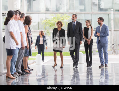 Barcelona, Spain. 19th Aug, 2017. Spain's King Felipe VI (3rd R) and Queen Letizia (2nd R) arrive at the Hospital - Stock Photo