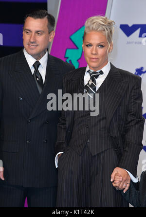 Los Angeles, USA. 27th Aug, 2017.  Pink & Carey Hart at the 2017 MTV Video Music Awards at The 'Fabulous' Forum - Stock Photo