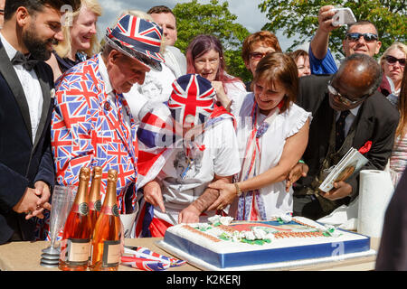 London, UK. 31st Aug, 2017. Superfans Terry Hutt looks on as John Loughrey cuts a memorial cake in memory of Princess - Stock Photo