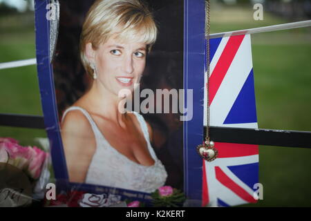 London, UK. 31st Aug, 2017. People pay tribute to Princess Diana at Kensington Palace after 20 years of her death, - Stock Photo