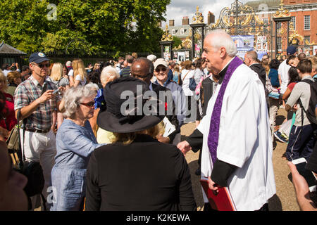 London, UK. 31st Aug, 2017. Rev. Frank Gelli, Diana, Princess of Wales former Priest, comforts well-wishers who - Stock Photo