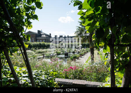 London, UK. 31st Aug, 2017. Well wishers visit the White Garden at Kensington Palace to commemorate and pay tribute - Stock Photo