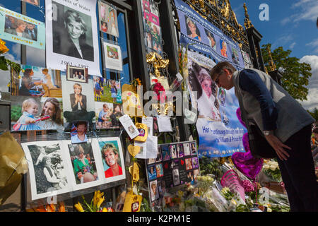 London, UK. 31st Aug, 2017. Diana, 20th Anniversary: Kensington Palace, London, UK. 31st Aug, 2017. Hundreds of - Stock Photo