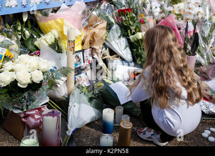 London, UK. 31st Aug, 2017. A girl reads the message of a card laid to pay tribute to the 20th anniversary of the - Stock Photo