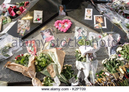 Paris, Paris, FR. 31st Aug, 2017. Tributes and flowers for the late Princess Diana above the Post de l'Alma tunnel - Stock Photo