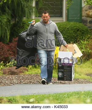 Jon Gosselin. Kate Gosselin has the grocery store security guards helping her to her car. Kate had them walk with - Stock Photo