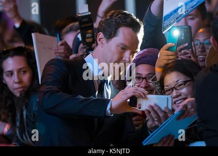 Toronto, Canada. 9th Sep, 2017. Actor Benedict Cumberbatch (C) poses for photos with fans as he attends the premiere - Stock Photo