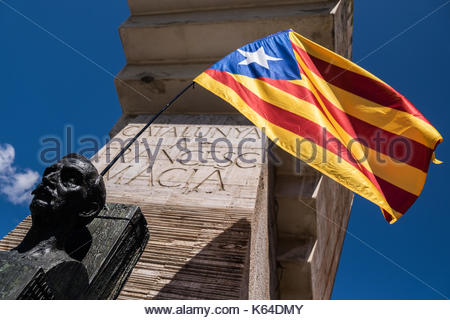 Barcelona, Spain. 11th Sep, 2017. Catalans prepare to rally in Barcelona on September 11, 2017 to demand their region - Stock Photo