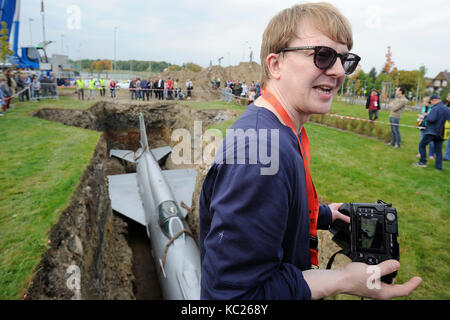 Dolni Brezany, Czech Republic. 01st Oct, 2017. British artist Roger Hiorns (pictured) today let a Soviet-made MiG - Stock Photo