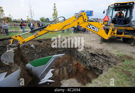 Dolni Brezany, Czech Republic. 01st Oct, 2017. British artist Roger Hiorns today let a Soviet-made MiG-21 fighter - Stock Photo