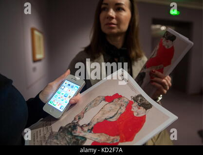 Moscow, Russia. 9th Oct, 2017. People hold brochures promoting an exhibition of drawings by Austrian painters Gustav - Stock Photo