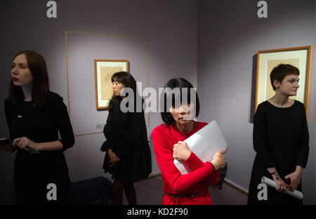 Moscow, Russia. 9th Oct, 2017. People attend an exhibition of drawings by Austrian painters Gustav Klimt (1862-1918) - Stock Photo