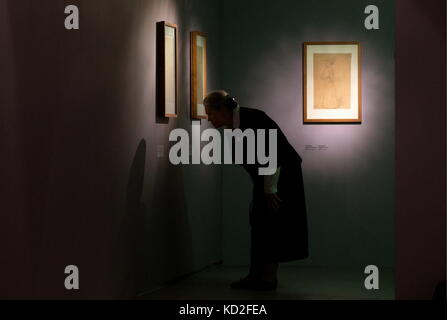 Moscow, Russia. 9th Oct, 2017. A woman attends an exhibition of drawings by Austrian painters Gustav Klimt (1862 - Stock Photo