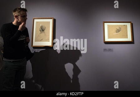 Moscow, Russia. 9th Oct, 2017. A young man looks at Gustav Klimt's 'Bust Portrait of a Man with a Hat' and 'Head - Stock Photo