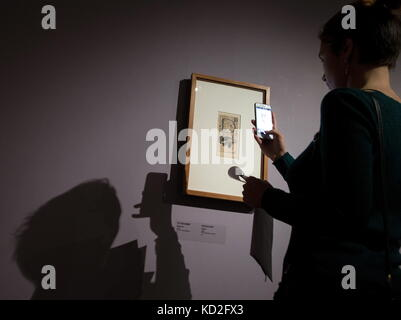Moscow, Russia. 9th Oct, 2017. A girl takes a picture of Gustav Klimt's 'Initial D' (1898) on display at an exhibition - Stock Photo