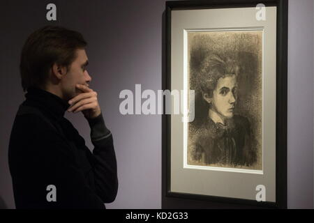 Moscow, Russia. 9th Oct, 2017. A young man views Gustav Klimt's self-portrait on display at an exhibition of drawings - Stock Photo