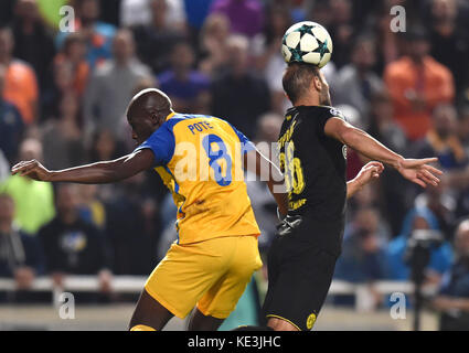 Nicosia, Cyprus. 17th Oct, 2017. Apoel's Michael Pote (L) vies for the ball during the 2017-2018 Champions League - Stock Photo