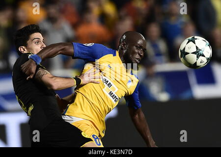 Nicosia, Cyprus. 17th Oct, 2017. Nicosia's Mickael Pote (R) and Dortmund's Marc Bartra vie for the ball during the - Stock Photo