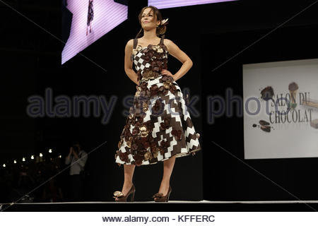 Paris, France. 27th Oct, 2017. French actress Dounia Coesens presents a creation during the 23nd Chocolate Fair - Stock Photo