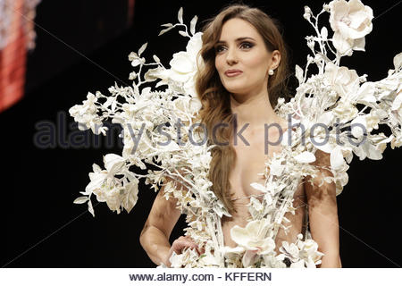 Paris, France. 27th Oct, 2017. French TV host Ellen Batelaan presents a creation during the 23nd Chocolate Fair - Stock Photo