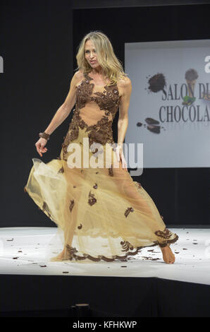 Paris, Ile de France, France. 27th Oct, 2017. Tonya Kinzinger wearing the dress of Elise Martimort and Hasnaa during - Stock Photo